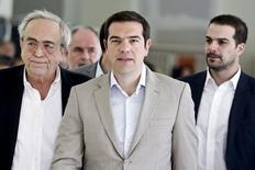 Premiê grego, Alexis Tsipras  (C), ao lado do Ministro da Cultura, Aristides Baltas (E) e do porta-voz do governo, Gabriel Sakellaridis (D), durante visita ao ministério 2/06/ 2015.   REUTERS/Alkis Konstantinidis