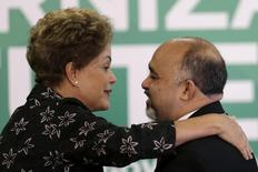 Presidente Dilma Rousseff cumprimenta ministro do Esporte, George Hilton, durante cerimônia no Palácio do Planalto, em Brasília. 19/03/2015 REUTERS/Ueslei Marcelino