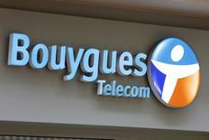 Le français Bouygues Telecom et l'espagnol Telefonica ont annoncé mercredi la création d'une coentreprise sur le marché des services de téléphonie pour les entreprises multinationales. /Photo d'archives/REUTERS/Charles Platiau