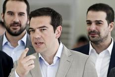 """El primer ministro griego hace un gesto durante su visita al Ministerio de Cultura, Educación y Asuntos Religiosos, en Atenas, 2 de junio de 2015. El primer ministro griego, Alexis Tsipras, pidió el miércoles a los acreedores internacionales que muestren """"realismo"""" y ayuden a alcanzar un acuerdo que ponga fin a las especulaciones sobre la salida del país de la zona euro. REUTERS/Alkis Konstantinidis"""