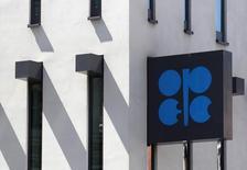 El logo de la OPEP en su sede de Viena, el 10 de junio de 2014. La OPEP está preparada para seguir produciendo petróleo a un ritmo intenso durante muchos meses más, con la satisfacción de que la terapia de choque en el mercado el año pasado ha reactivado la demanda y colocado trabas a la creciente competencia. REUTERS/Heinz-Peter Bader