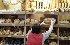 Сотрудница раскладывает хлеб на полках в булочной станицы Новотроицкая 27 января 2015 года. Рост индекса потребительских цен в России за период с 26 мая по 1 июня составил 0,1 процента, как и в предыдущие пять недель, сообщил Росстат. REUTERS/Eduard Korniyenko