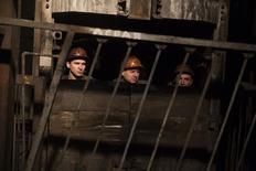 Горняки спускаются в шахту имени Засядько в Донецке 4 марта 2015 года. Масштабный обстрел в среду оставил без электричества две угольные шахты в Донецке, заблокировав под землей около 900 человек в целом, сообщило местное информационное агентство ДАН со ссылкой на министерство обороны самопровозглашенной Донецкой народной республики. REUTERS/Baz Ratner