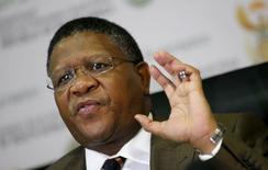 Ministro dos Esportes da África do Sul, Fikile Mbalula, em entrevista coletiva em Johanesburgo. 03/06/2015 REUTERS/Siphiwe Sibeko