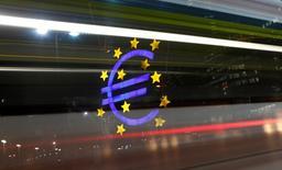 Dans une tribune publiée par plusieurs journaux européens, les ministres français et allemand de l'Economie, Emmanuel Macron et Sigmar Gabriel, plaident jeudi pour la mise en place d'un budget de la zone euro et une simplification de l'Union européenne, piliers de l'Europe à deux vitesses appelée de ses voeux par le premier. /Photo d'archives/REUTERS/Kai Pfaffenbach