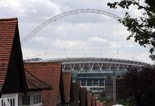 """Вид на стадион """"Уэмбли"""" в Лондоне 1 августа 2006 года. Имеется """"очень значительная"""" вероятность повторной подачи заявок на чемпионаты мира по футболу 2018 и 2022 годов, если будет доказано, что процедуру выбора стран-хозяек турниров сопровождала коррупция, сказал министр спорта Великобритании. REUTERS/Stephen Hird"""
