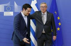 """Alexis Tsipras (izq.) junto al presidente de la Comisión Europea, Jean-Claude Juncker, antes de su reunión en Bruselas, el 3 de junio de 2015. Legisladores del partido gobernante en Grecia Syriza reaccionaron el jueves con consternación e irritación al paquete de reformas que los acreedores han ofrecido al primer ministro Alexis Tsipras a cambio de liquidez, con un alto funcionario calificando la propuesta de """"asesina"""". REUTERS/Francois Lenoir"""