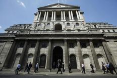 Peatones pasan junto al Banco de Inglaterra, en Londres, el 15 de mayo de 2014. El Banco de Inglaterra mantuvo el jueves su tasa de interés de referencia en un mínimo récord de 0,5 por ciento, mientras evalúa cuán rápido se recupera la economía británica de una desaceleración sorpresivamente fuerte registrada a inicios del año. REUTERS/Luke MacGregor