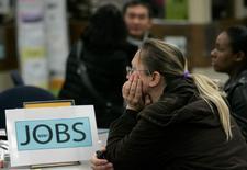Le nombre des inscriptions au chômage a diminué un peu plus que prévu la semaine passée à 276.000, un bon signe pour la santé du marché du travail en dépit d'une économie dont la croissante patine. /Photo d'archives/REUTERS/Robert Galbraith