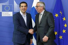 Le Premier ministre grec Alexis Tsipras et le président de la Commission européenne Jean-Claude Juncker, à Bruxelles.La Grèce a annoncé jeudi au Fonds monétaire international qu'elle reportait à la fin du mois un remboursement prévu vendredi après qu'Alexis Tsipras, confronté à la fronde d'une partie de sa majorité, a demandé des modifications aux conditions des créanciers, jugées trop dures. /Photo prise le 3 juin 2015/REUTERS/François Lenoir