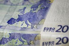Банкноты в 20 евро. Афины, 22 мая 2015 года. Курс евро снижается с двухнедельного максимума за счет падения доходности немецких облигаций и неспособности Греции договориться с кредиторами. REUTERS/Alkis Konstantinidis