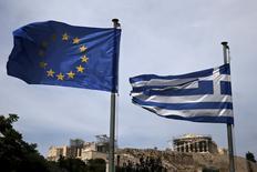 Флаги ЕС и Греции в Афинах. 1 июня 2015 года. Греция отложила выплату Международному валютному фонду, которая должна была состояться в пятницу, поскольку премьер-министр Алексис Ципрас потребовал изменить жесткие условия, выставленные международными кредиторами в обмен на финансовую помощь. REUTERS/Alkis Konstantinidis