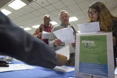 """""""Foire à l'emploi"""" dans le quartier de Skid Row à Los Angeles. Les créations d'emploi aux Etats-Unis s'accélèrent, montrent les chiffres du mois de mai, qui relancent la perspective de voir la Réserve fédérale relever ses taux d'intérêt au mois de septembre. /Photo prise le 4 juin 2015/REUTERS/David McNew"""