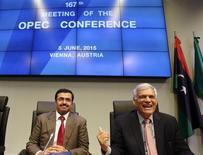 OEl ministro de Energía e Industria de Qatar, Mohammed Saleh al-Sada (izqda.) y el secretario general de la OPEP, Abdullah al-Badri hablan con los periodistas antes de una reunión de ministros del petróleo de la OPEP, en Viena, Austria, 5 de junio de 2015. La Organización de Países Exportadores de Petróleo (OPEP) acordó el viernes mantener su techo de producción, informaron delegados, con lo que reiteró su posición de tolerar los bajos precios del crudo para defender su participación de mercado. REUTERS/Heinz-Peter Bader