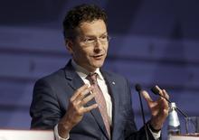 Le ministre néerlandais des Finances, Jeroen Dijsselbloem, a dit vendredi qu'il était candidat à un deuxième mandat comme président de l'Eurogroupe. Son mandat actuel expire le 21 juillet et il est généralement considéré comme le candidat favori à sa propre succession, le ministre espagnol des Finances, Luis de Guindos, étant crédité d'une faible chance. /Photo prise le 24 avril 2015/REUTERS/Ints Kalnins