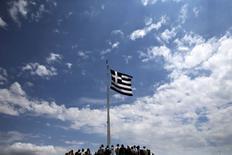 Una bandera nacional de Grecia flameando sobre la Acrópolis en Atenas, jun 5 2015. Grecia postergó el pago de un préstamo que debía hacer el viernes al FMI, y uno de sus viceministros señaló que Atenas podría llamar a elecciones anticipadas para romper el impasse con sus acreedores, que amenaza con llevar al país a la quiebra y a salir de la zona euro.  REUTERS/Alkis Konstantinidis