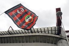 Bandeira do Milan em frente ao estádio San Siro, em Milão. 29/04/2015 REUTERS/Alessandro Garofalo
