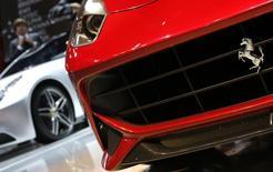 L'introduction en Bourse de Ferrari n'aura pas lieu avant le 12 octobre pour des raisons fiscales, dit le propriétaire de la marque automobile de luxe, le groupe Fiat Chrysler Automobiles. /Photo d'archives/REUTERS/Christian Hartmann