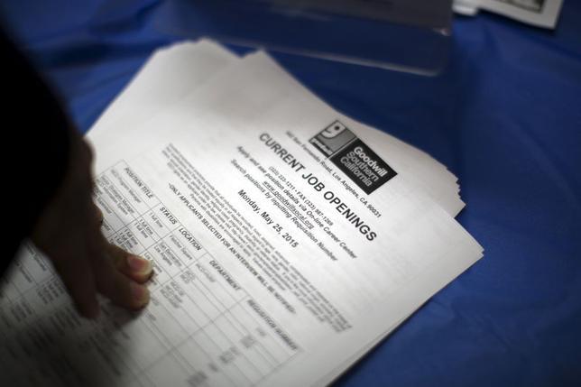 6月5日、米労働省は5月の雇用統計を発表した。写真はロサンゼルスの就職フェア会場で4日撮影(2015年 ロイター/David McNew)