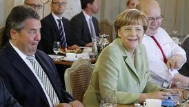 El vicecanciller alemán, Sigmar Gabriel, advirtió a Grecia el sábado en una entrevista a un periódico local que ya no hay más espacio en las negociaciones para lograr un acuerdo sobre financiamiento a cambio de reformas. En la imagen, Gabriel (izq) reacciona mientras escucha a la canciller Angela Merkel (centro) durante una reunión entre su Gobierno y representantes de la industria y los sindicatos en el Palacio Meseberg, al norte de Berlín, Alemania. 4 junio 2015. REUTERS/Fabrizio Bensch