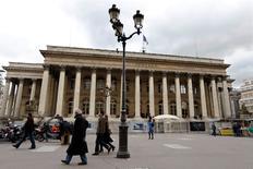 Les Bourses européennes ont ouvert en léger repli lundi, affaiblies par les tensions autour de la Grèce, avec toutefois Deutsche Bank qui se distingue à la hausse après la nomination d'un nouveau président du directoire. À Paris, l'indice CAC 40 recule de 0,69% à 4.886,87 points vers 7h40 GMT. À Francfort, le Dax cède 0,24% et à Londres, le FTSE est stable (-0,03%). L'indice EuroStoxx 50 de la zone euro se replie de 0,45% et le FTSEurofirst 300 de 0,27%. /Photo d'archives/REUTERS/Charles Platiau