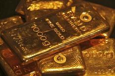 Слитки золота в ювелирном магазине в индийском городе Чандигарх. 8 мая 2012 года. Цены на золото растут после трехдневного спада, но пока близки к 11-недельному минимуму за счет улучшений на рынке труда США. REUTERS/Ajay Verma