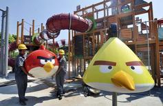 Trabalhadores instalando partes de um brinquedo do Angry Birds, na China.  11/06/2013     REUTERS/Stringer