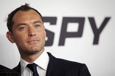 """Jude Law, miembro del reparto de Spy, llega al estreno de la película, en Manhattan, Nueva York, 1 de junio de 2015. Melissa McCarthy impulsó a """"Spy"""" a un debut de 30 millones de dólares en un flojo fin de semana en la taquilla. REUTERS/Carlo Allegri"""