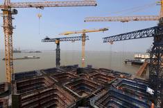 Varias grúas en unas obras de una carretera y de un puente ferroviario en el río Yangtze en Nantong, el 25 de abril de 2015. Las exportaciones chinas cayeron menos que lo esperado en mayo, pero un declive de dos dígitos en las importaciones probablemente mantendrá la presión sobre las autoridades para que ofrezcan un estímulo adicional a fin de evitar una desaceleración económica más severa. REUTERS/China Daily