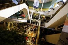Vista del interior de un centro comercial, en Santiago, 6 de noviembre de 2014. La inflación en Chile alcanzó un 0,2 por ciento en mayo, una variación que estuvo en línea con lo esperado, impulsada principalmente por alzas de precios en el rubro de bienes y servicios, además de aumentos en salud y vivienda, dijo el lunes una agencia gubernamental. REUTERS/Ivan Alvarado