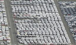 Autos que serán exportandos, en una terminal de envíos, en el puerto de Bremerhaven, Alemania, 8 de octubre de 2012. Las exportaciones alemanas crecieron en abril con más fuerza que la prevista y la producción industrial también aumentó a un ritmo sorprendentemente sólido, en una señal de que la mayor economía de Europa tuvo un buen arranque del segundo trimestre. REUTERS/Fabian Bimmer/Files