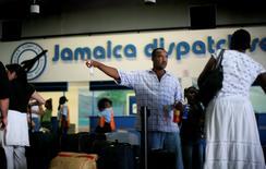 Imagen de archivo de unas personas en el Aeropuerto de Montego Bay en Jamaica , ago 18 2007. El mexicano Grupo Aeroportuario del Pacífico (GAP) dijo el lunes que su tráfico de pasajeros creció un 8.3 por ciento interanual en mayo, impulsado principalmente por viajeros domésticos. REUTERS/Carlos Barria (JAMAICA) -