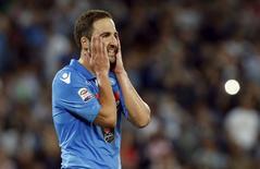 Atacante Gonzalo Higuaín, do Napoli, após perder pênalti contra a Lazio pelo Campeonato Italiano. 31/05/2015 REUTERS/Ciro De Luca