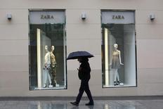 Прохожий у магазина Zara в Мадриде. 18 марта 2015 года. Испанская компания Inditex, владеющая сетью магазинов одежды Zara, сообщила в среду о превысившей ожидания квартальной прибыли за счет восстановления европейской экономики и снижения курса евро. REUTERS/Susana Vera