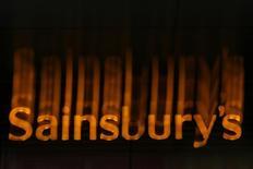 Вывеска Sainsbury's в Лондоне 6 января 2015 года. Европейские фондовые рынки растут благодаря акциям британской сети супермаркетов Sainsbury's. REUTERS/Stefan Wermuth