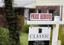 """Un cartel que dice """"precio reducido"""", en una casa a la venta en un suburbio al norte de Virginia, 27 de octubre de 2010. Las solicitudes de crédito hipotecario en Estados Unidos subieron la semana pasada, mientras que las tasas de interés alcanzaron su nivel más alto desde noviembre de 2014, dijo el miércoles un grupo de la industria. REUTERS/Larry Downing"""