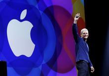 El presidente ejecutivo de Apple, Tim Cook, durante una conferencia sobre tecnología en San Francisco, 8 de junio de 2015. Apple Inc dijo que estaba conduciendo vehículos alrededor del mundo para recopilar datos que serán utilizados para mejorar su aplicación Apple Maps. REUTERS/Robert Galbraith
