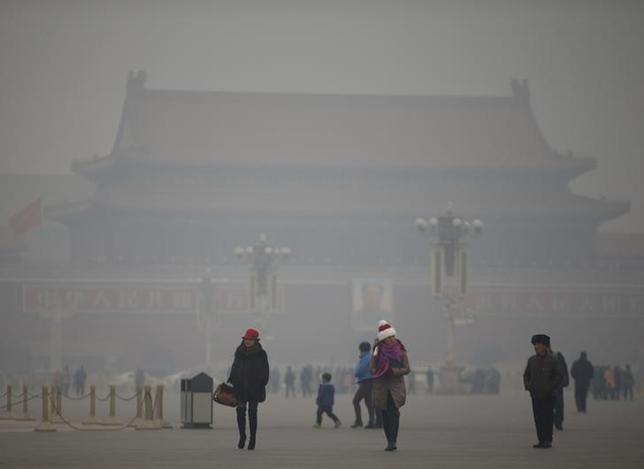 6月10日、中国は環境税の草案を公表した。国務院法制弁公室の当局者が明らかにした。写真は天安門広場、1月撮影(2015年 ロイター/Kim Kyung-Hoon)