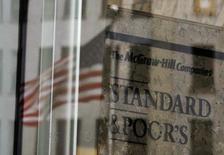 """Флаг США отражается в здании Standard and Poor's в Нью-Йорке 5 февраля 2013 года. Standard & Poor's в среду подтвердило долгосрочный суверенный кредитный рейтинг США на уровне """"АА+"""", ссылаясь на гибкость экономической политики и статус эмитента одной из главных резервных валют мира. REUTERS/Brendan McDermid"""