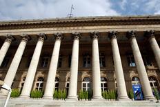 Les Bourses européennes évoluent dans le vert jeudi à la mi-séance sur fond de regain d'espoir concernant l'issue des discussions entre la Grèce et ses créanciers. Vers 13h10, le CAC 40 avance de 0,51% à Paris et le DAX progresse de 0,69% à Francfort. /Photo d'archives/REUTERS/Charles Platiau