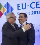 El presidente de la Comisión Europea, Jean-Claude Juncker, recibe al primer ministro griego, Alexis Tsipras, en el inicio de la cumbre UE-CELAC en Bruselas, Bélgica, 10 de junio de 2015. El presidente de la Comisión Europea, Jean-Claude Juncker, y el primer ministro de Grecia, Alexis Tsipras, se reunirán el jueves en Bruselas a las 14.00 hora local (1200 GMT) para discutir los problemas de deuda de Atenas, dijo un portavoz del brazo ejecutivo europeo. REUTERS/Virginia Mayo/Pool