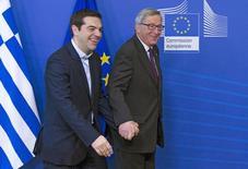 El presidente de la Comisión Europea, Jean-Claude Juncker (derecha), recibe al primer ministro griego, Alexis Tsipras, en la sede de la Comisión Europea, en Bruselas, 4 de febrero de 2015. Un acuerdo para salvar a Grecia de la bancarrota parecía todavía lejano el jueves, pese a que sólo 24 horas antes el primer ministro, Alexis Tsipras, recibió un saludo al estilo griego cuando llegó a Bruselas. REUTERS/Yves Herman