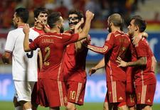 Cesc Fabregas (centro), da Espanha, comemora gol com colegas durante amistoso contra a Costa Rica, em León, norte da Espanha, nesta quinta-feira. 11/06/2015 REUTERS/Eloy Alonso
