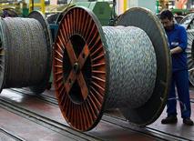 Le fabricant de câbles Nexans a annoncé vendredi un nouveau projet de réorganisation de ses activités en Europe pour soutenir sa compétitivité, qui devrait entraîner la suppression de 478 postes. /Photo d'archives/REUTERS