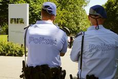 Polícia suíça na entrada da sede da Fifa em Zurique. 03/06/2015 REUTERS/Arnd Wiegmann