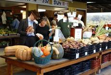 Compradores miran las frutas y vegetales a la venta, en una tienda de vegetales en Rancho Santa Fe, California, 16 noviembre de 2014. Los precios al productor de Estados Unidos registraron en mayo su mayor incremento en más de dos años y medio dado que el costo de la gasolina y los alimentos creció, sugiriendo que la tendencia a la baja de los precios impulsada por el petróleo se aproxima a su final. REUTERS/Mike Blake
