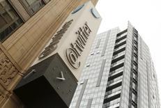 El logo de Twitter en su sede corporativa, en San Francisco, California, 28 de abril de 2015. El anuncio de Twitter Inc de que Dick Costolo dejará su cargo como presidente ejecutivo el 1 de julio recibió largos aplausos, pero ofreció pocas pistas sobre cómo afrontará la compañía su mayor problema: el crecimiento de usuarios. REUTERS/Robert Galbraith