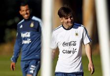 Jogador Lionel Messi na frente de Carlos Tevez durante treino da Argentina em La Serena, Chile 9/6/2015 REUTERS/Marcos Brindicci