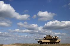 Танк 2-го батальона 7-го пехотного полка, входящего в 1-ю бригадную оперативную группу 3-й пехотной дивизии США, на учениях на полигоне Mielno под Дравско-Поморске. 16 апреля 2015 года. США планируют разместить склады тяжелой военной техники в странах Восточной Европы и Балтии, чтобы приободрить союзников, обеспокоенных вмешательством России в конфликт на Украине, и предотвратить дальнейшую агрессию, сказал высокопоставленный американский чиновник. REUTERS/Kacper Pempel
