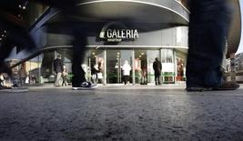 Прохожие у входа в универсам Galeria Kaufhof во Франкфурте-на-Майне. 17 января 2012 года. Немецкая Metro сообщила в понедельник, что продает сеть Galeria Kaufhof канадской Hudson's Bay Co (HBC), оператору одноименной сети магазинов, за 2,82 миллиарда евро с учетом ряда обязательств. REUTERS/Kai Pfaffenbach